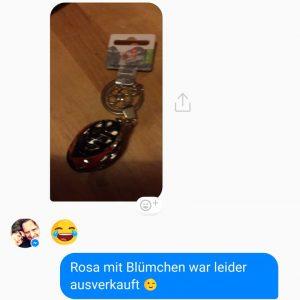 Kai zeigt via Foto im Messenger, dass Fahradhelm angekommen ist, und setzt einen Schlaüülach-Emoji hinzu. Annette antwortet: Rosa mit Blümchen war leider ausverkauft. Zinker-Emoji.