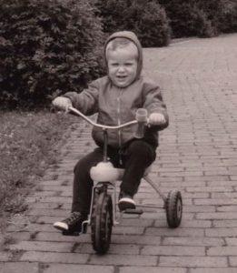 Der dreijährige Kai auf seinem Dreirad