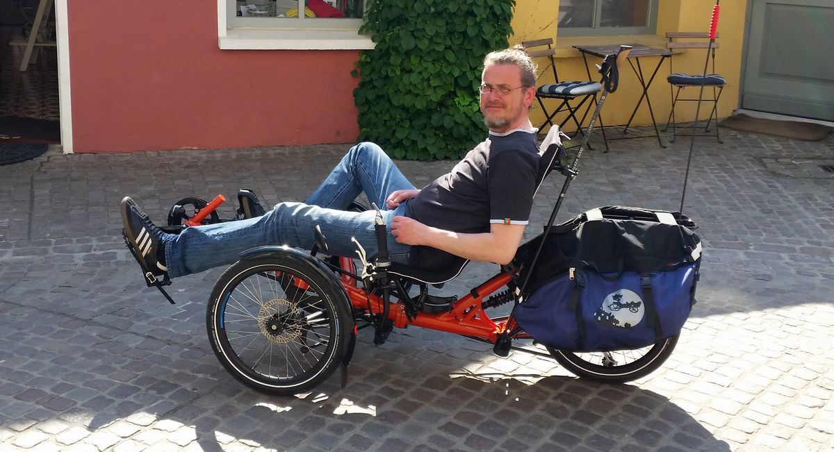 Kai in sommerlicher Kleidung mit dem Fahrrad
