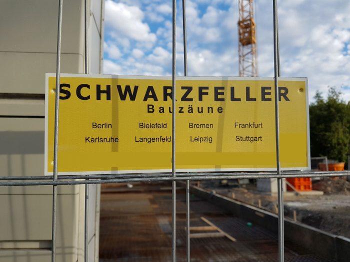 Baustellenschild mit Städtenamen, darunter Bielefeld