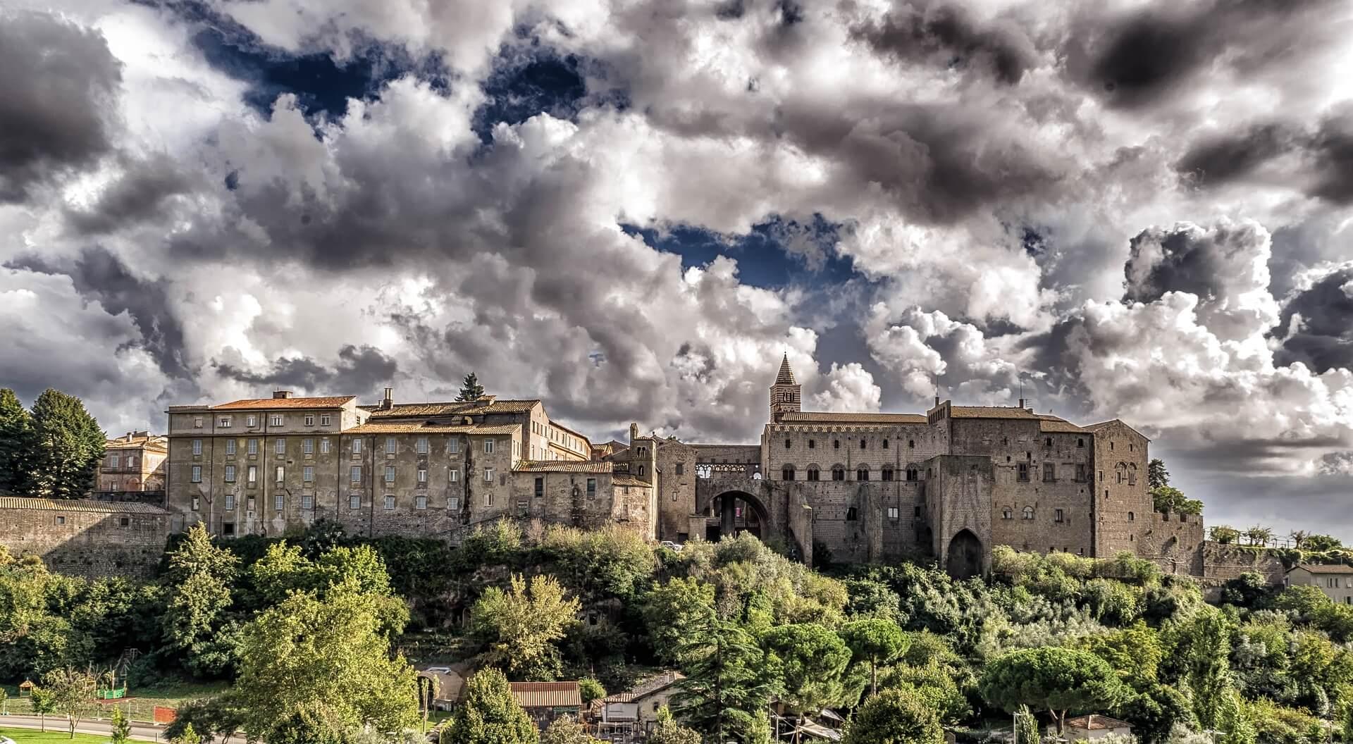 Papstpalast unter dunklen Wolken