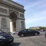 Arc de Triomphe aus dem Kreisverkehr fotografiert