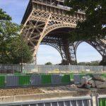 Basis des Eiffelturms aus dem Auto fotografiert
